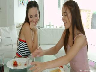 Первый сексуальный опыт молодой девушки с сестрой