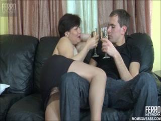 Секс видео о том как мамаша соблазнила сына на секс