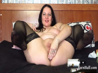 Порно видео с мамочкой в чулках на диване дома - маст